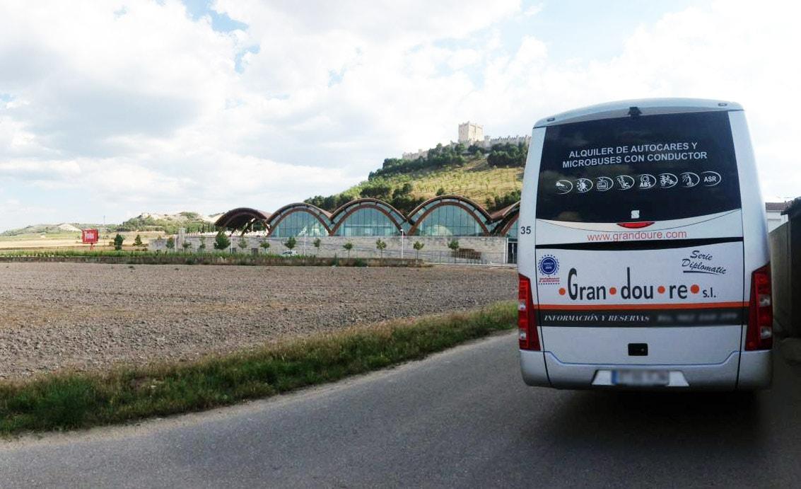 Ruta en minibus por la Ribera de Duero . En la foto se ve la Bodega Protos