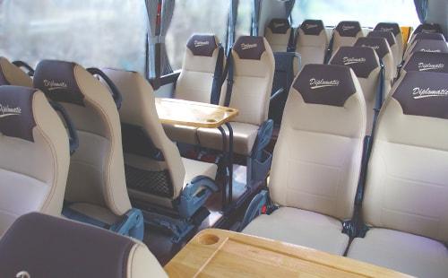 Interior de un autobus de lujo con mesas incluidas