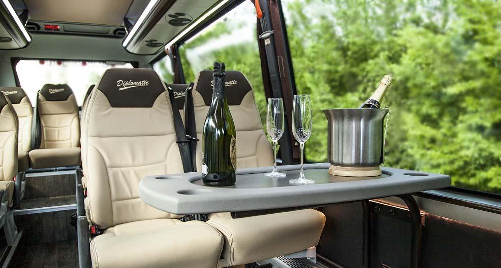 Mesas en el interior, amplios asientos de cuero en color crema o lunas tintadas son algunas de las caracteristicas de un autobus de lujo