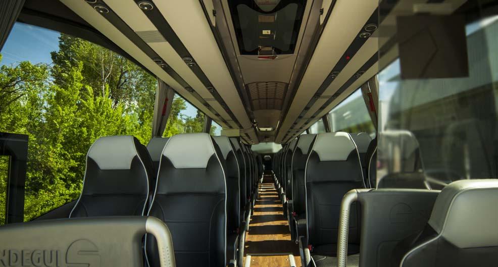 Interior del autobus de lujo con capacidad para 55 personas